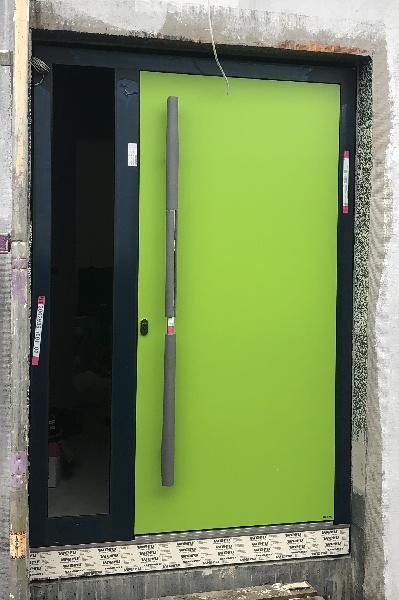 Referenz   R. & U. Winkenbach GmbH   WERU Aluminium-Haustür mit geschlossener Türfüllung in NCS-Farbton (grün)