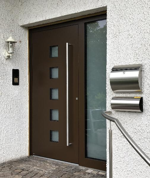 Referenz   R. & U. Winkenbach GmbH   WERU Aluminium-Haustür: Modell: ATRIS H10125 mit Seitenteil. Farbe: RAL 8028 Terrabraun   Lampertheim